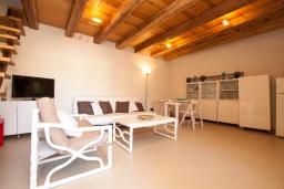 Гостиная / Столовая. Испания, Тосса-де-Мар : Небольшой уютный таунхаус расположен в самом сердце старого города Тосса де Мар, с 1 спальней и 1 ванной комнатой.
