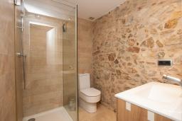 Ванная комната. Испания, Тосса-де-Мар : Небольшой уютный таунхаус расположен в самом сердце старого города Тосса де Мар, с 1 спальней и 1 ванной комнатой.