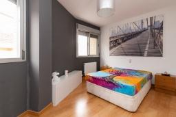 Спальня. Испания, Гранада : Изысканный таунхаус с открытым бассейном, огороженным садом и крытой парковкой в 2 км от центра Гранады и в 3 км от Альгамбры, 2 спальни, 3 ванные комнаты, Wi-Fi.