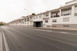 Вход. Испания, Гранада : Изысканный таунхаус с открытым бассейном, огороженным садом и крытой парковкой в 2 км от центра Гранады и в 3 км от Альгамбры, 2 спальни, 3 ванные комнаты, Wi-Fi.