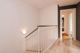 Лестница наверх. Испания, Гранада : Изысканный таунхаус с открытым бассейном, огороженным садом и крытой парковкой в 2 км от центра Гранады и в 3 км от Альгамбры, 2 спальни, 3 ванные комнаты, Wi-Fi.