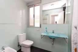 Ванная комната. Испания, Гранада : Изысканный таунхаус с открытым бассейном, огороженным садом и крытой парковкой в 2 км от центра Гранады и в 3 км от Альгамбры, 2 спальни, 3 ванные комнаты, Wi-Fi.