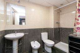 Ванная комната 2. Испания, Гранада : Изысканный таунхаус с открытым бассейном, огороженным садом и крытой парковкой в 2 км от центра Гранады и в 3 км от Альгамбры, 2 спальни, 3 ванные комнаты, Wi-Fi.