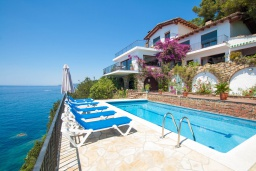 Вид на виллу/дом снаружи. Испания, Ллорет-де-Мар : Красивая вилла с ошеломительными видами на Средиземноморское море, с 5 спальнями, 4 ванными комнатами и частным бассейном