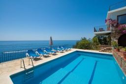 Бассейн. Испания, Ллорет-де-Мар : Красивая вилла с ошеломительными видами на Средиземноморское море, с 5 спальнями, 4 ванными комнатами и частным бассейном