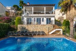 Вид на виллу/дом снаружи. Испания, Бланес : Прекрасная большая вилла расположенная всего в 400 метрах от пляжа Кала Санта-Кристина, имеет 6 спален, 4 ванные комнаты и частный бассейн, оборудована кондиционерами, спутниковым телевидением и Wi-Fi