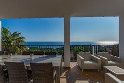 Вид на море. Испания, Бланес : Прекрасная большая вилла расположенная всего в 400 метрах от пляжа Кала Санта-Кристина, имеет 6 спален, 4 ванные комнаты и частный бассейн, оборудована кондиционерами, спутниковым телевидением и Wi-Fi