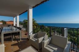Терраса. Испания, Бланес : Прекрасная большая вилла расположенная всего в 400 метрах от пляжа Кала Санта-Кристина, имеет 6 спален, 4 ванные комнаты и частный бассейн, оборудована кондиционерами, спутниковым телевидением и Wi-Fi