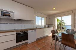 Кухня. Испания, Бланес : Прекрасная большая вилла расположенная всего в 400 метрах от пляжа Кала Санта-Кристина, имеет 6 спален, 4 ванные комнаты и частный бассейн, оборудована кондиционерами, спутниковым телевидением и Wi-Fi