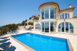 Вид на виллу/дом снаружи. Испания, Ллорет-де-Мар : Потрясающая вилла расположена в тихом жилом районе Ла-Ривьера недалеко от Льорет-де-Мар, с 6 спальнями, 4 ванными комнатами, частный бассейн и сад