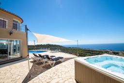 Бассейн. Испания, Ллорет-де-Мар : Потрясающая вилла расположена в тихом жилом районе Ла-Ривьера недалеко от Льорет-де-Мар, с 6 спальнями, 4 ванными комнатами, частный бассейн и сад