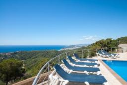 Терраса. Испания, Ллорет-де-Мар : Потрясающая вилла расположена в тихом жилом районе Ла-Ривьера недалеко от Льорет-де-Мар, с 6 спальнями, 4 ванными комнатами, частный бассейн и сад