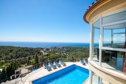 Вид на море. Испания, Ллорет-де-Мар : Потрясающая вилла расположена в тихом жилом районе Ла-Ривьера недалеко от Льорет-де-Мар, с 6 спальнями, 4 ванными комнатами, частный бассейн и сад