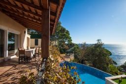 Терраса. Испания, Бланес : Прекрасная вилла для отдыха, расположенная на тупиковой улице с барьером, который обеспечивает вашу конфиденциальность, 5 спален, 4 ванные комнаты и частный бассейн, оборудована кондиционерами и бесплатным Wi-Fi