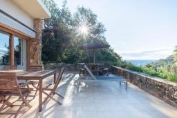 Терраса. Испания, Тосса-де-Мар : Уютный дом для отдыха, расположенный в тихом районе недалеко от пляжей Кала Пола и Кала Гиверола, 3 спальни, 3 ванные комнаты, парковка и бесплатный Wi-Fi.