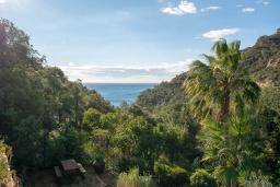 Вид на море. Испания, Тосса-де-Мар : Уютный дом для отдыха, расположенный в тихом районе недалеко от пляжей Кала Пола и Кала Гиверола, 3 спальни, 3 ванные комнаты, парковка и бесплатный Wi-Fi.
