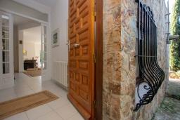 Вход. Испания, Тосса-де-Мар : Уютный дом для отдыха, расположенный в тихом районе недалеко от пляжей Кала Пола и Кала Гиверола, 3 спальни, 3 ванные комнаты, парковка и бесплатный Wi-Fi.