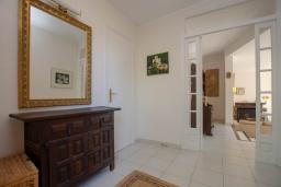 Коридор. Испания, Тосса-де-Мар : Уютный дом для отдыха, расположенный в тихом районе недалеко от пляжей Кала Пола и Кала Гиверола, 3 спальни, 3 ванные комнаты, парковка и бесплатный Wi-Fi.
