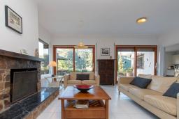 Гостиная / Столовая. Испания, Тосса-де-Мар : Уютный дом для отдыха, расположенный в тихом районе недалеко от пляжей Кала Пола и Кала Гиверола, 3 спальни, 3 ванные комнаты, парковка и бесплатный Wi-Fi.