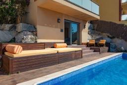 Зона отдыха у бассейна. Испания, Санта Сусана : Современная комфортабельная вилла с частным бассейном, 4 спальнями и 3 ванными комнатами, оборудована кондиционерами и WIFI
