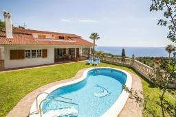 Бассейн. Испания, Бланес : Вилла расположена в красивой бухте Кала Санта-Кристина, всего в 400 метрах от пляжа, 6 спален, 2 ванные комнаты, частный бассейн и сад