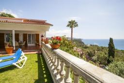 Вид на море. Испания, Бланес : Вилла расположена в красивой бухте Кала Санта-Кристина, всего в 400 метрах от пляжа, 6 спален, 2 ванные комнаты, частный бассейн и сад