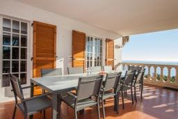 Терраса. Испания, Бланес : Вилла расположена в красивой бухте Кала Санта-Кристина, всего в 400 метрах от пляжа, 6 спален, 2 ванные комнаты, частный бассейн и сад