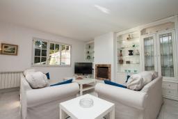 Гостиная / Столовая. Испания, Бланес : Вилла расположена в красивой бухте Кала Санта-Кристина, всего в 400 метрах от пляжа, 6 спален, 2 ванные комнаты, частный бассейн и сад