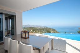 Вид на море. Испания, Бланес : Современная роскошная вилла, расположенная в красивой жилой бухте Кала Санта-Кристина, 4 спальни, 3 ванные комнаты  и частный бассейн, оборудована кондиционерами, лифтом и Wi-Fi.