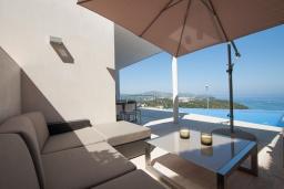 Терраса. Испания, Бланес : Современная роскошная вилла, расположенная в красивой жилой бухте Кала Санта-Кристина, 4 спальни, 3 ванные комнаты  и частный бассейн, оборудована кондиционерами, лифтом и Wi-Fi.