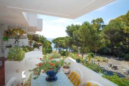 Балкон. Испания, Бланес : Прекрасный комфортабельные апартаменты рядом с пляжем в бухте Кала Сан Франсеск, 4 спальни и 2 ванные комнаты, общий бассейн в частном клубе
