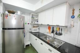 Кухня. Испания, Бланес : Прекрасный комфортабельные апартаменты рядом с пляжем в бухте Кала Сан Франсеск, 4 спальни и 2 ванные комнаты, общий бассейн в частном клубе