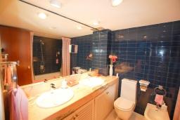 Ванная комната. Испания, Бланес : Прекрасный комфортабельные апартаменты рядом с пляжем в бухте Кала Сан Франсеск, 4 спальни и 2 ванные комнаты, общий бассейн в частном клубе