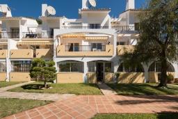 Вид на виллу/дом снаружи. Испания, Фуэнхирола : Просторный дом для отдыха с бассейном, террасами и балконом на курорте Михас-Коста, в 1,1 км от пляжа Плайя-де-Калахонда и в 1,5 км от пляжа Плайя-де-Калаонда, 3 спальни, 2 ванные комнаты, зеленый сад, Wi-Fi.