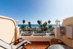 Терраса. Испания, Нерха : Изумительная квартира в Нерхе на первой линии пляжа Бурриана, с террасой и прекрасным видом на море, 2 спальни, ванная комната, Wi-Fi.