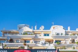 Вид на виллу/дом снаружи. Испания, Нерха : Изумительная квартира в Нерхе на первой линии пляжа Бурриана, с террасой и прекрасным видом на море, 2 спальни, ванная комната, Wi-Fi.
