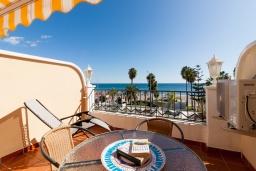 Обеденная зона. Испания, Нерха : Изумительная квартира в Нерхе на первой линии пляжа Бурриана, с террасой и прекрасным видом на море, 2 спальни, ванная комната, Wi-Fi.