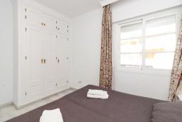 Спальня. Испания, Нерха : Изумительная квартира в Нерхе на первой линии пляжа Бурриана, с террасой и прекрасным видом на море, 2 спальни, ванная комната, Wi-Fi.