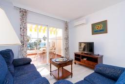 Гостиная / Столовая. Испания, Нерха : Изумительная квартира в Нерхе на первой линии пляжа Бурриана, с террасой и прекрасным видом на море, 2 спальни, ванная комната, Wi-Fi.