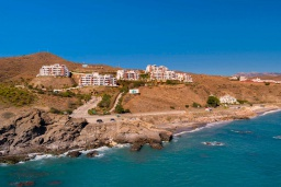 Вид на виллу/дом снаружи. Испания, Торрокс : Шикарные четырехкомнатные апартаменты с террасой, бассейном и крытой парковкой на набережной в Торрокс Коста, в 600 м от пляжей Пенонсильо и Каласейте, 3 спальни, 2 ванные с душем, бесплатный Wi-Fi.
