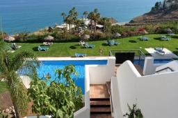 Зелёный сад. Испания, Торрокс : Шикарные четырехкомнатные апартаменты с террасой, бассейном и крытой парковкой на набережной в Торрокс Коста, в 600 м от пляжей Пенонсильо и Каласейте, 3 спальни, 2 ванные с душем, бесплатный Wi-Fi.