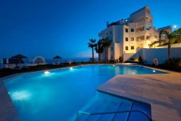 Бассейн. Испания, Торрокс : Шикарные четырехкомнатные апартаменты с террасой, бассейном и крытой парковкой на набережной в Торрокс Коста, в 600 м от пляжей Пенонсильо и Каласейте, 3 спальни, 2 ванные с душем, бесплатный Wi-Fi.