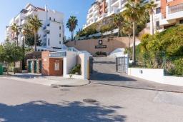 Вход. Испания, Торрокс : Шикарные четырехкомнатные апартаменты с террасой, бассейном и крытой парковкой на набережной в Торрокс Коста, в 600 м от пляжей Пенонсильо и Каласейте, 3 спальни, 2 ванные с душем, бесплатный Wi-Fi.