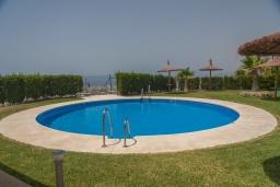 Зона отдыха у бассейна. Испания, Торрокс : Роскошный двухэтажный дом для отдыха с бассейном и видом на море и горы в Торроксе, 3 спальни, 3 ванные комнаты, Wi-Fi.