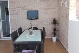 Обеденная зона. Испания, Торрокс : Роскошный двухэтажный дом для отдыха с бассейном и видом на море и горы в Торроксе, 3 спальни, 3 ванные комнаты, Wi-Fi.