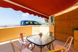 Обеденная зона. Испания, Альмуньекар : Уютная трехкомнатная квартира с двумя бассейнами, красивым садом и парковкой в городе Альмуньекар,  в 5 минутах езды на машине от прекрасных пляжей Велилья, Эль-Тесорильо и Посуэло, 2 спальни, ванная комната, Wi-Fi.