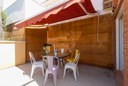 Терраса. Испания, Альмуньекар : Уютная трехкомнатная квартира с двумя бассейнами, красивым садом и парковкой в городе Альмуньекар,  в 5 минутах езды на машине от прекрасных пляжей Велилья, Эль-Тесорильо и Посуэло, 2 спальни, ванная комната, Wi-Fi.