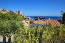 Вид на виллу/дом снаружи. Испания, Альмуньекар : Уютная трехкомнатная квартира с двумя бассейнами, красивым садом и парковкой в городе Альмуньекар,  в 5 минутах езды на машине от прекрасных пляжей Велилья, Эль-Тесорильо и Посуэло, 2 спальни, ванная комната, Wi-Fi.