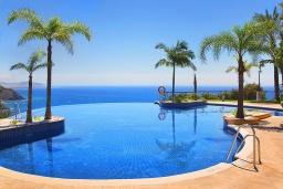 Бассейн. Испания, Альмуньекар : Уютная трехкомнатная квартира с двумя бассейнами, красивым садом и парковкой в городе Альмуньекар,  в 5 минутах езды на машине от прекрасных пляжей Велилья, Эль-Тесорильо и Посуэло, 2 спальни, ванная комната, Wi-Fi.