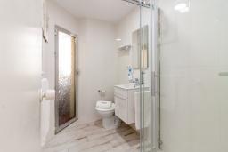 Ванная комната. Испания, Альмуньекар : Фантастические апартаменты на берегу моря в Альмуньекаре с бассейном, теннисным кортом, открытой парковкой и WIFI, 2 спальни, ванная комната, терраса 5 кв.м.